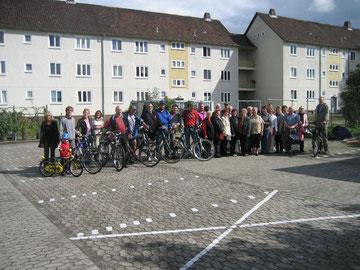 Mitglieder des Chores der Deutschen aus Rußland und Sozialradler der 16. Fahrradsponsorenrundfahrt stellen sich für ein Erinnerungsfoto auf