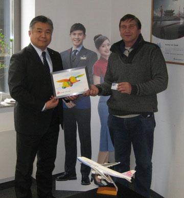 Darren Hua (links) und Manfred Wille mit dem Bild eines fliegenden Elefanten