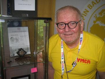 Ken Montgomery vom YMCA England-Wales mit seiner interessanten und informatioven Sammlung von YMCA-Pins und anderen YMCA-Souvenirs