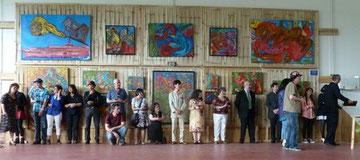 Les invités offrent aux artistes les trophées 2014.