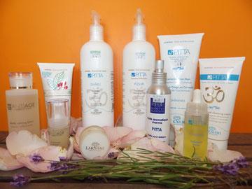 Ligne de produits cosmétiques présentés sur lit de pétales de rose