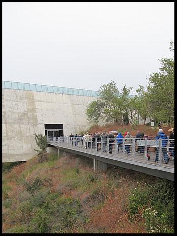 Мост, напоминающий подобные в лагерях смерти, ведет здание музея Катастрофы