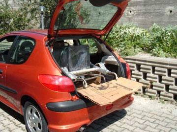 nella piccola auto ora c'è il carrello con tamnto di stufa e tanto di rampetta, inoltre il portellone si può chiudere