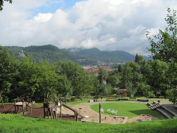 Die großzügig angelegte Spielarena mit Grillplatz lädt zur Rast ein und bietet Raum für interessante Veranstaltungen