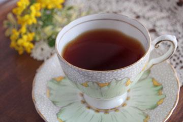 紅茶の色が美しく映えるのは白いティーカップ