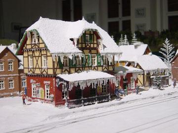 verschneites Bahnhofsgebäude