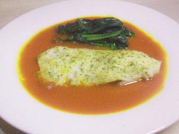 サフランソースを流した白身魚のムニエル