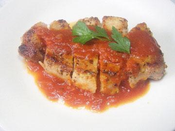 トマトソースをかけた豚肉のソテー