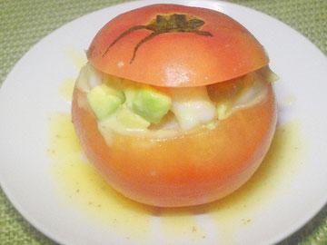 ヴィネグレットソースを流したエビとアボカドのトマトファルシ