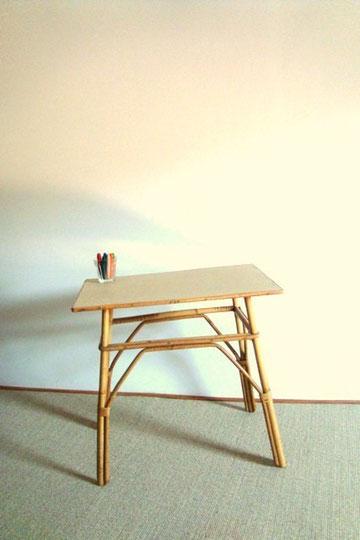 Petite table / bureau enfant en rotin
