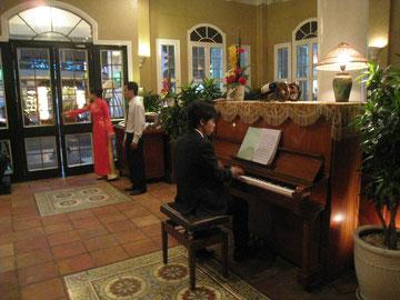 椅子、ピアノに近すぎるのがチョット気になる。