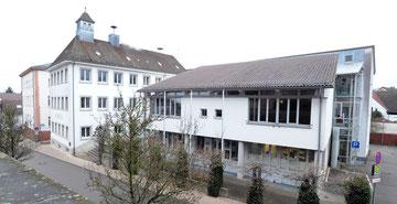Heutiges Rathaus mit Erweiterungsbau, fotografiert 2017.