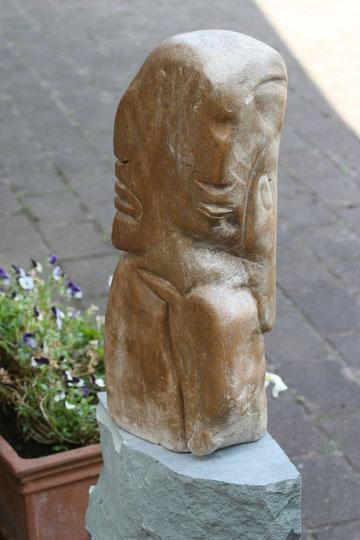 © Nathalie Arun, einannerzugeneigt, Skulptur mit 5 Köpfen: 1 Pferdekopf und 1 Fohlenkopf und 3 Menschenköpfe