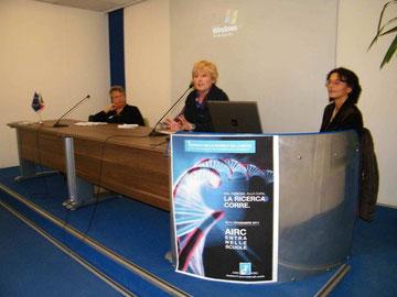 Da sinistra Chiara Sacchetti (volontaria AIRC), Rita Coccia (Preside ITTS VOLTA) e Cristina Mecucci (ricercatrice AIRC)