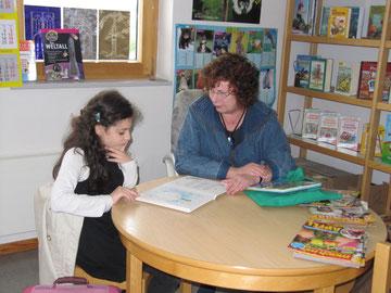 Lesen mit der Lesementorin in der Bücherei