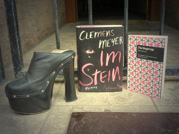 »Im Stein« und »Turboprop«: Werke vom Meister. Nicht der Schuh, der lag mal Samstagmorgen vorm Laden, rechtmäßige Besitzer bitte melden!