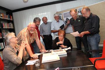 Endspurt: in der Ausstellungsgruppe des Stolperstein-Projekts wird konzentriert gearbeitet, fröhlich und auch schon einmal kontrovers diskutiert.