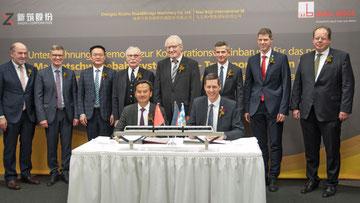 Foto: Die Vorstandsvorsitzenden Zhi Ming Huang, Xinzhu und Stefan Bögl, Firmengruppe Max Bögl unterzeichnen den Kooperationsvertrag.
