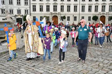 Gemeinsam mit Bischof Hanke und Kinder-Seelsorger Pfarrer Schatz (rechts) zogen die Kinder in den Dom ein. Foto: Peter Esser/Caritas