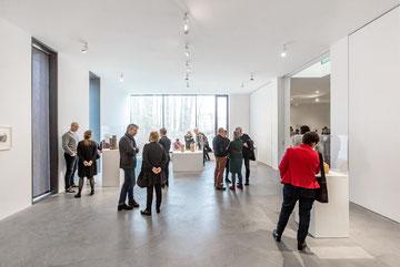 """Galerist Florian Sundheimer (3. von links) in der Ausstellung """"Innen-Leben"""" im Museum Lothar Fischer."""