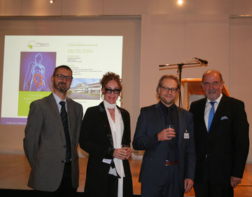 (v.l.) Vorstand Peter Weymayr, Prof. Dr. Bettina Rau, Prof. Dr. Claus Schäfer und Landrat Willibald Gailler. Foto: Prof. Dr. Bettina Rau