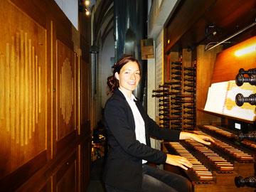 Foto: Die Kirchenmusikerin Maria Rammelmeier improvisiert an der Domorgel in Eichstätt (c) Hansi Würstl, 2018