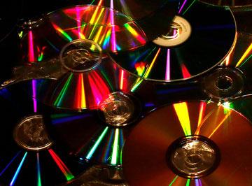 Leuchtende farbige Reflexionen auf alten CDs