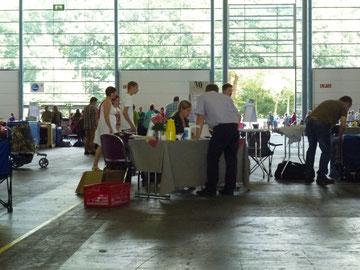 Nationale und internationale Rassehunde Ausstellung in Bremen. Die Hallentore für einen Luftzug offen, es war viel zu heiß an den beiden Tagen!