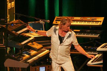 """Geoff Downes an den griff auch beim 2010er-Konzertdokument """"Resonance"""" in die Tasten."""