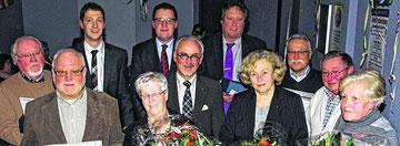 Parteichef Jochen Emonds, Bürgermeisterkandidat Dr. Tim Grüttemeier, Städteregionsrat Hemut Etschenberg und Axel Wirtz MdL mit den Jubilaren der CDU Stolberg, die für 50, 40 und 25 Jahre Mitgliedschaft geehrt wurden.