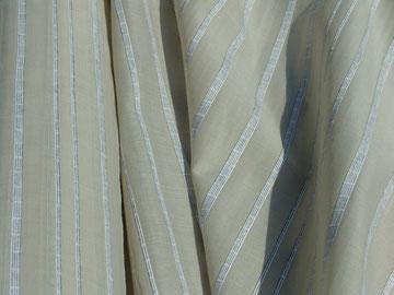 Grau-beiger Baumwollvoile mit eingewebten Streifen