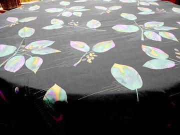 Blätter auf schwarz, 235 cm breit