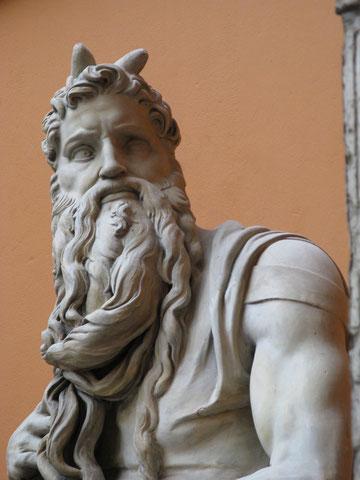 Wikipedia: Michelangelos Moses mit Hörnern statt einem Heiligenschein oder gar einer Königskrone