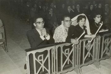 """Angel Casarrubios y Romana Sánchez en el rito de La Velacìón el día de su matrimonio en 1965, con la """"mantilla del Yacente""""."""