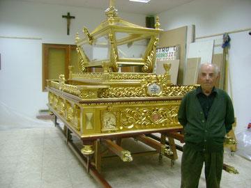 D. Braulio Carramolino con las andas del S. Entierro.