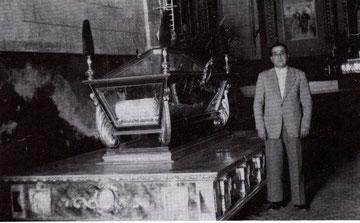 D. Francisco Cuadra Alberca, primer Presidente de la Cofradía, junto a las andas del Santo Sepulcro.
