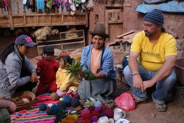 Eine Familie in Peru! Rechts im Bild ist Andreas.