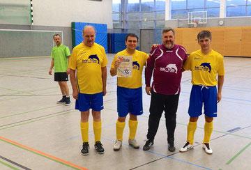 Roland, Adriano, Heinz-Jürgen, Sergej  mit der Urkunde  (zum Vergrößern anklicken)