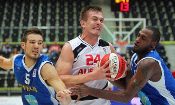 Der Basketballer Rasid Mahalbasic im Duell mit zwei Gegenspielern