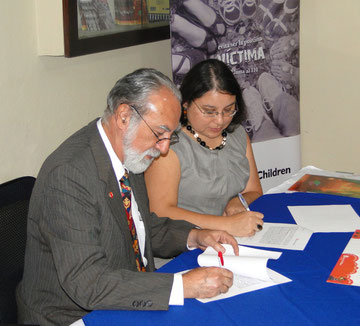 Firman convenio de cooperación Amílcar Ordoñez, Director General de Save the Children Guatemala y Mariela Marroquín, Secretaria contra la Explotación Sexual, Violencia y Trata de Personas.