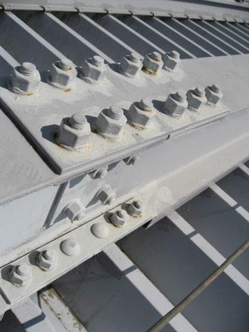 鉄骨混じりの折板屋根。ボルトまわりにサビ発生。