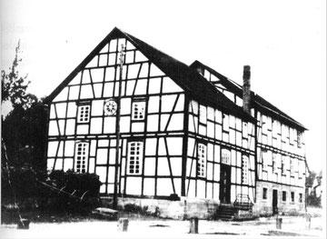 Synagoge, Schule und Lehrerwohnung in den 1930er Jahren.(Foto: Neuber, S. 267)