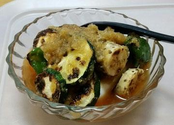 冷奴に、焼き夏野菜を玉ねぎのすりおろし汁とかけて。見た目は微妙ですが、これがさっぱりしていて美味いのです。