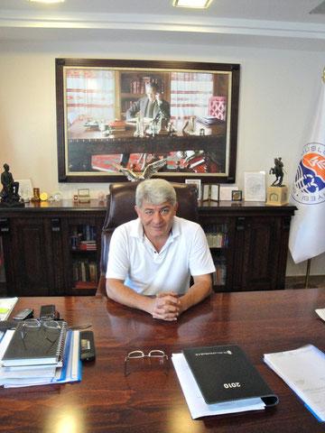 Bürgermeister Mehmet Tire in seinem Amtszimmer