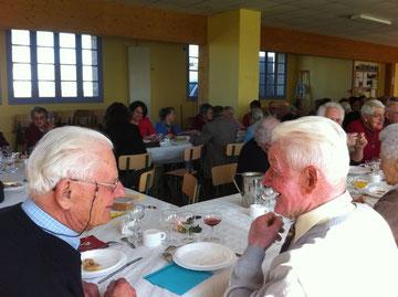 Conversation joyeuse entre deux amis qui se connaissent depuis... quatre-vingts ans!