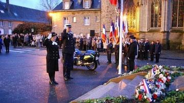 Mme le Préfet et M; Le Colonel commandant la gendarmerie de la Manche devant le monument aux Morts (d.r.)