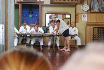 Prüfungskomission unter Leitung von Nagamine Soke, 10.Dan Hanshi-sei