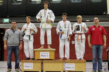 Foto von Eduard Scherer auf dem ersten Platz des Siegertreppchens bei der Westdeutschen Judo Meisterschaft, April 2012.