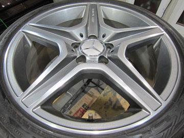 メルセデス・ベンツC300アバンギャルドSの18インチ純正オプションホイール4本のガリ傷・すりキズ・欠けのリペア(修理・修復・再生)後2本目の写真