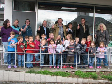 Die Kinder des Kindergartens in Driedorf mit Leiterin Carmen Münch und weiteren Mitarbeitern nach der Übergabe des PCs mit Markus Wortmann, Bürgermeister Dirk Hardt und dem Verantwortlichen für die Aktion vor Ort, Uli Stahl